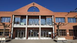 La façana de l'Ajuntament de Corbins