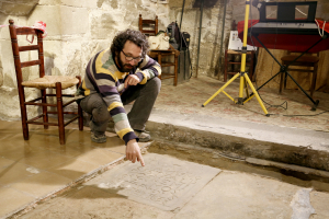 L'arqueòleg d'ILTIRTA Arqueologia, Andreu Moya, assenyala la data que marca la làpida trobada a l'església de Santa Maria de Linyola