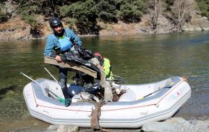 Un voluntari traient les deixalles d'una barca