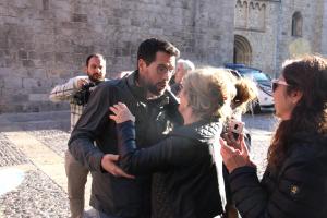 Pla mitjà de l'alcalde de la Seu d'Urgell, Albert Batalla, a punt d'abraçar-se amb treballadors de l'Ajuntament de la Seu d'Urgell