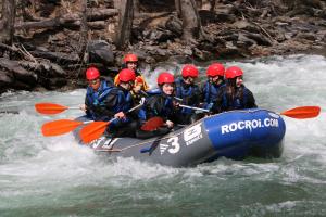 Primer pla d'una barca de ràfting baixant per un ràpid del riu Noguera Pallaresa