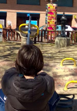 Un menor en un parc infantil de Lleida amb cartells anunciant un prostíbul