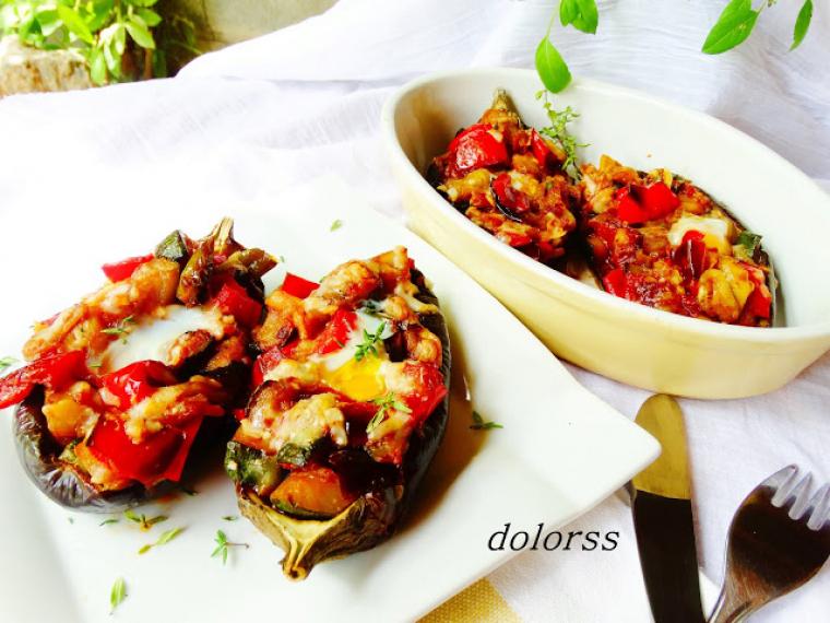 Albergínies farcides de verdures amb ou de guatlla