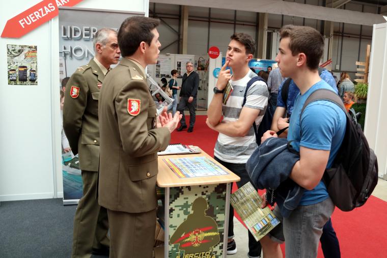 Alguns joves estudiants interessant-se per l'estand de l'Exèrcit