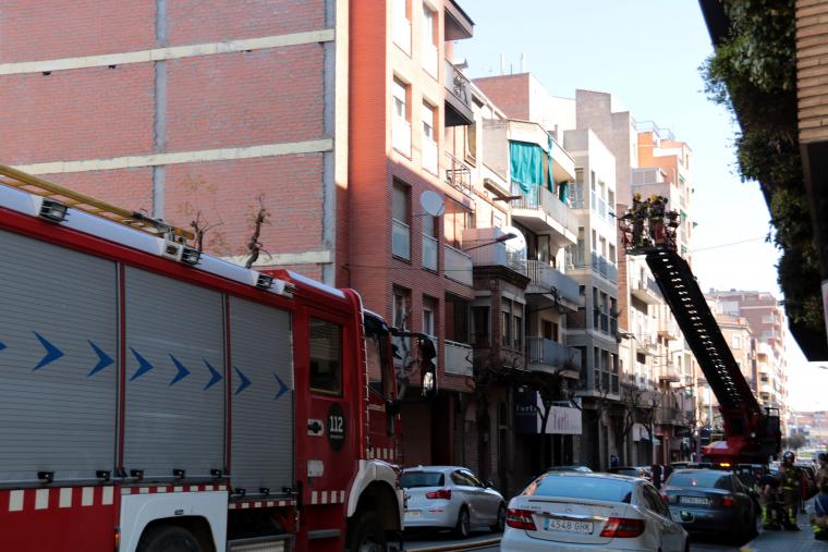 Bombers de la Generalitat inspeccionen els pisos de l'edifici