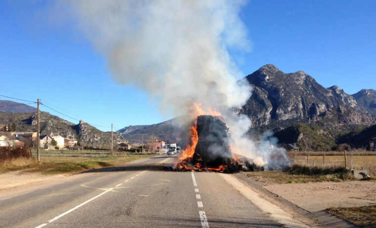 El remolc d'un camió que transportava palla, en flames.