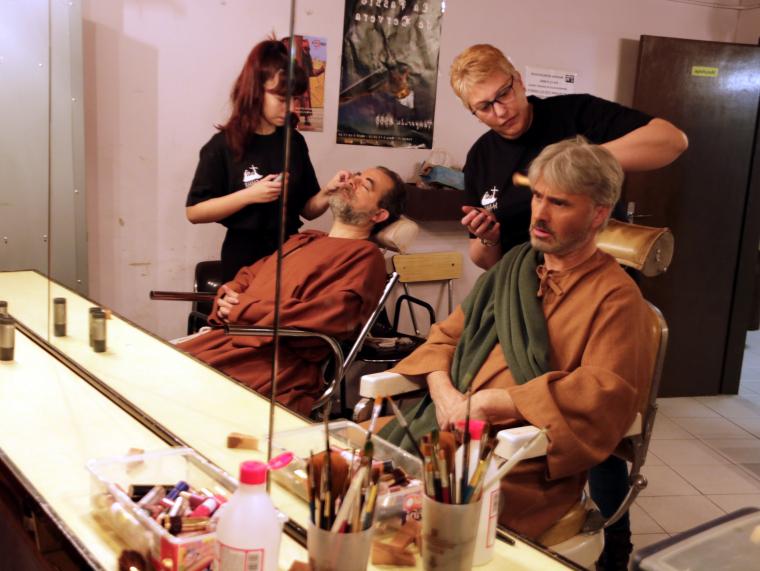 Imatge de dos actors a la sala de maquillatge