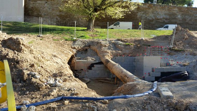 Imatge de la canonada que porta l'aigua als dipòsits