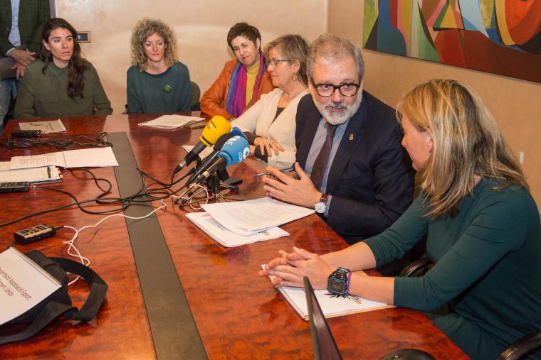 Imatge de les membres de l'associació amb l'alcalde de Lleida