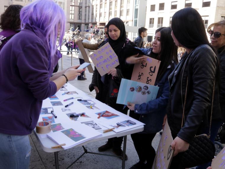 Imatge d'un grup de dones en una parada de la Plaça Sant Joan