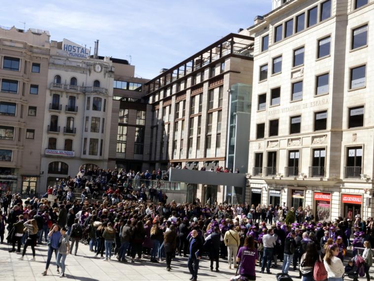Imatge pla general d'un grup de persones a la Plaça Sant Joan