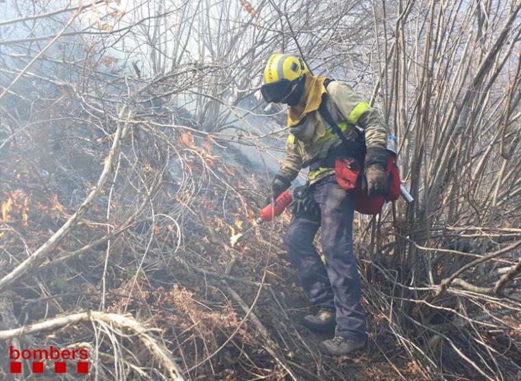 Pla general d'un bomber treballant