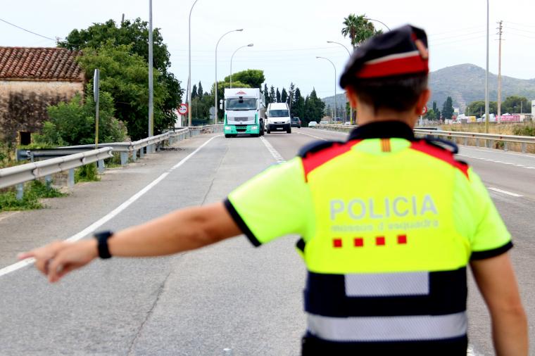 Pla general d'un camió arribant al punt de control dels mossos