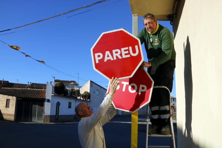 Pla mitjà on es pot veure el moment del canvi de senyal 'Stop' per un 'Pareu'