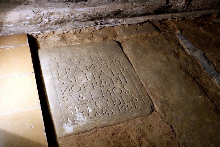 Primer pla de la làpida trobada
