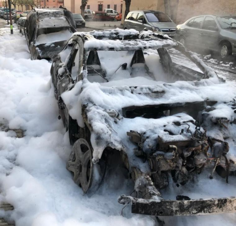 Un dels cotxes cremats a la Mariola