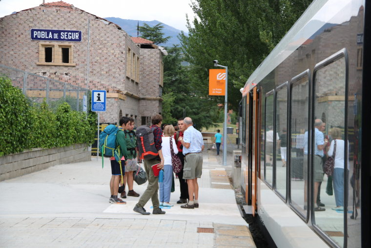 Un grup de persones a l'estació del tren de la Pobla de Segur