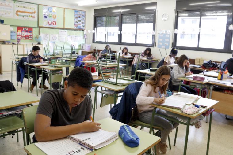 Una classe de l'escola Frederic Godàs, mig buida per la vaga