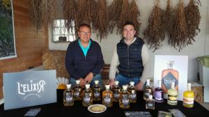 D'esquerra a dreta: Mingo Sarradell (investigador i especialista en camamilla) i Gerard Barsalà (Fundador d'Elixirs de Ponent)