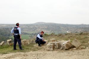 Els Mossos d'Esquadra analitzen les pedres de l'Arc d'Adà