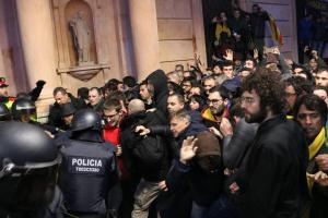 Els Mossos d'Esquadra contenint els concentrats