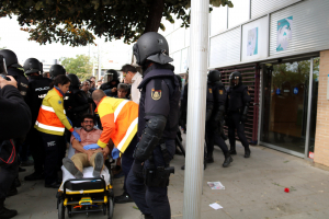 Els sanitaris s'enduen un dels ferits després de la càrrega de la policia espanyola al CAP de Cappont de Lleida