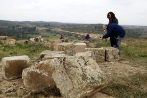 Els tècnics analitzen les pedres, ja a terra