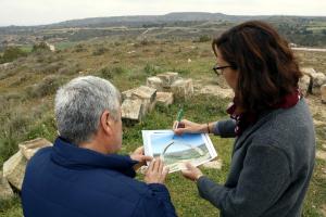 Els tècnics analitzen les pedres, ja a terra, amb l'ajuda d'una fotografia de l'Arc d'Adà