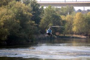 L'helicòpter del COPATE diposita un insecticida larvicida biològic en un tram del riu Segre