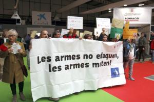 Membres de la plataforma 'Desmilitaritzem l'Educació', amb pancartes