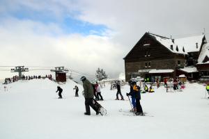 Pla general d'esquiadors a l'estació d'esquí de Port Ainé