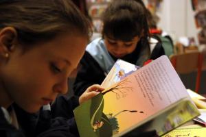 Pla tancat on es poden veure dues nenes llegint
