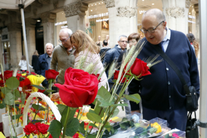 Un home mira les roses d'una parada, a l'Eix Comercial de Lleida