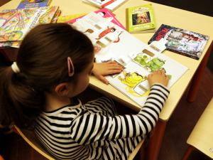 Una nena al Saló del Llibre de Mollerussa