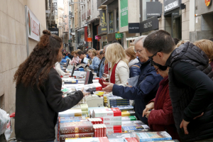 Una parada plena de llibres i de gent