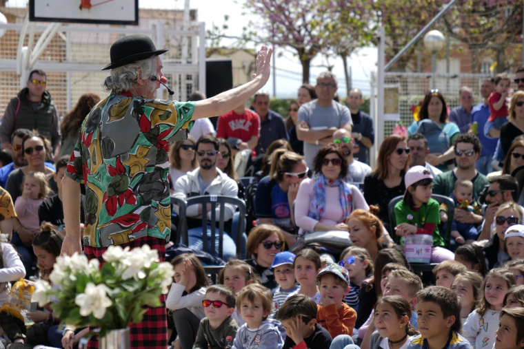 Claret Clown en plena actuació de diumenge, al Pati de les Escoles