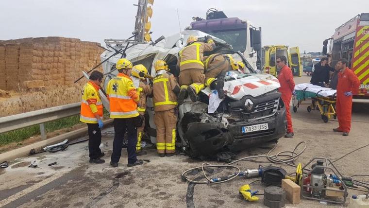 Imatge dels Bombers treballant en el rescat del ferit greu