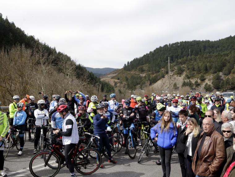 Imatge d'un dels grups de ciclistes al punt quilomètric on s'ha fet l'acte homenatge