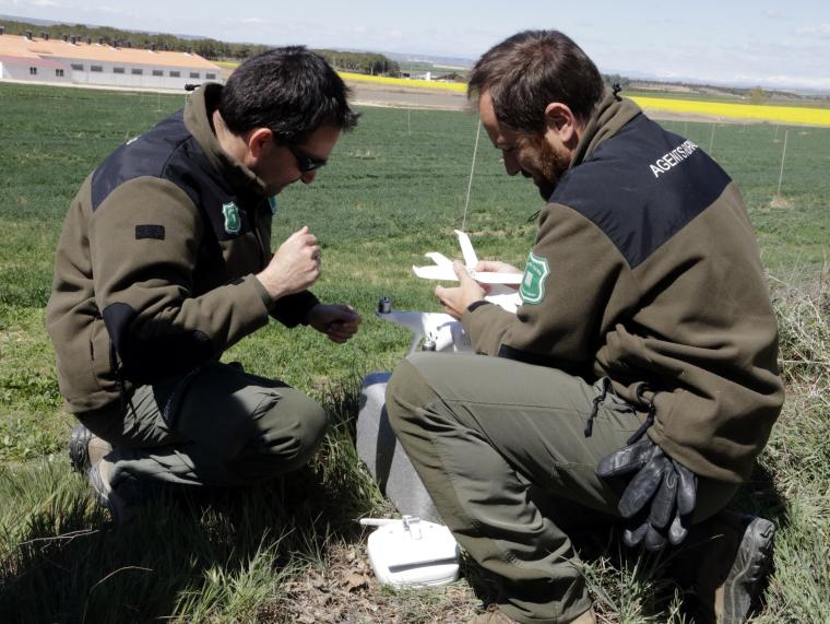 Imatge pla sencer de dos agents rurals