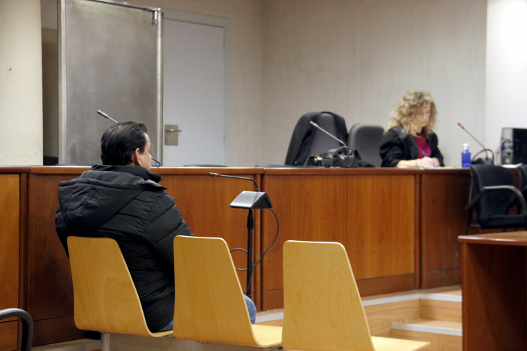 L'acusat de violar la seva filla, amb la seva advocada al fons