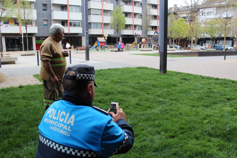 Un tècnic de Medi Ambient de l'Ajuntament de la Seu d'Urgell i un policia