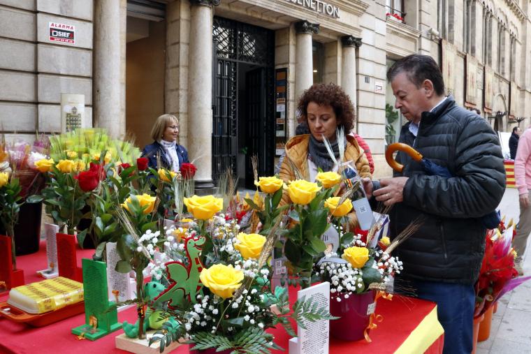 Roses groges en una parada de l'Eix Comercial de Lleida