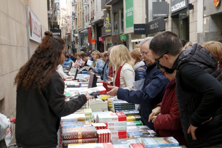 Una parada plena de llibres i de gent, a l'Eix Comercial de Lleida