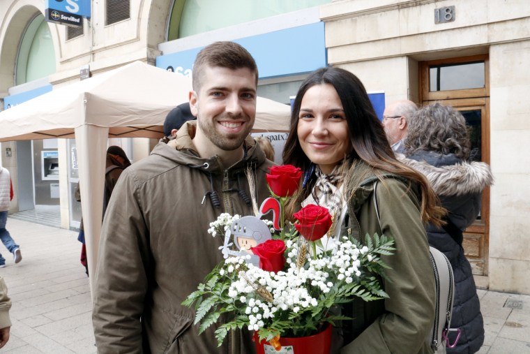 Una parella, amb un test de roses, a l'Eix Comercial de Lleida