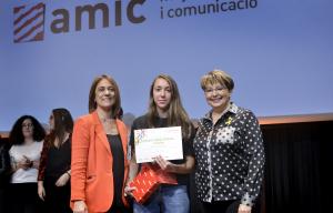Abril Capdevila recollint el primer premi de l'11 edició del concurs 'Ficcions'.