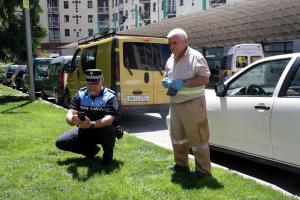 Pla general d'un agent de la Policia Local de la Seu d'Urgell i un operari municipal