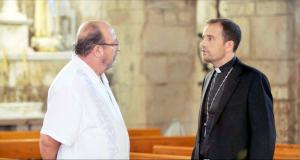 Pla mitjà de l'actor Pep Cruz, conductor del documental, i el Bisbe de Solsona, Xavier Novell