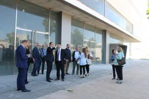Responsables de l'administració de la Generalitat i de l'Estat visitant la futura oficina