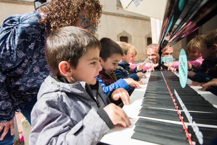 Imatge de nens tocant el piano a Cervera