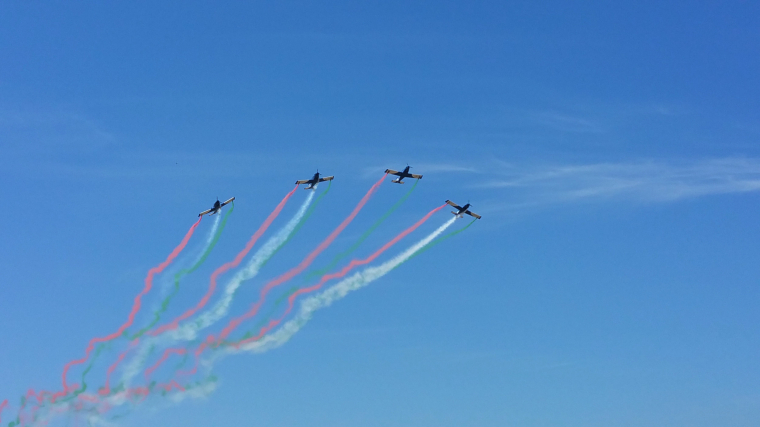 Imatge de quatre avions al cel que deixen anar fum de colors